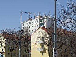 Handymasten auf einem Wiener Wohnhaus