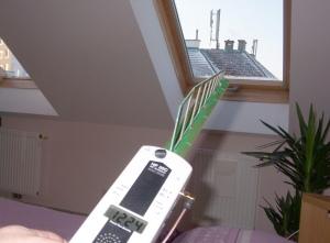 Messung im Schlafzimmer, wo der Mobilfunkmast am Nachbarhaus montiert ist