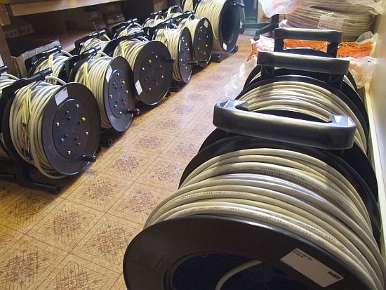 Eine Vielzahl von Kabelrollen für lange Stecken und einige Zwischenzeitmessungen