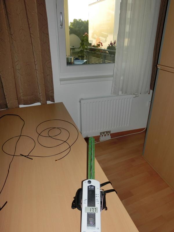 Bei geschlossenem Fenster beträgt der Strahlungswert 17,7µW/m². Ein sehr niedriger Wert, der zum Telefonieren noch ausreichen müsste.